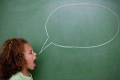 尖叫的女小学生演讲泡影 免版税库存照片