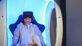 尖叫的女性浸没在虚拟现实经验 股票录像