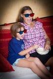 尖叫的母亲和的女儿戴3d眼镜看影片 库存图片