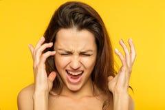 尖叫重音神经衰弱恼怒的妇女 库存图片