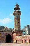 尖塔和庭院有被绘的瓦片壁画Wazir可汗清真寺的拉合尔巴基斯坦 免版税库存图片
