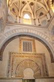 尖塔 米哈拉布 清真大寺或梅斯基塔著名内部在科多巴,西班牙 免版税库存照片