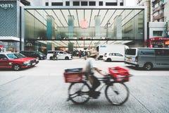 尖沙咀,香港- 2018年12月6日:苹果计算机商店在小行政区路购物街道上的商店前面在香港 免版税库存图片
