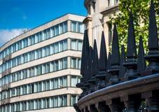 尖铁加工的篱芭在伦敦的中心 库存照片