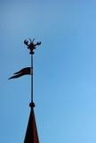 尖顶剪影冠上与旗子和螃蟹塑造了风标 库存图片