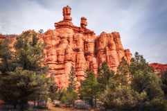 尖顶和岩层在红色峡谷,迪克西国家森林,犹他 免版税库存照片
