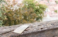 尖-基希纳乌基什尼奥夫320 Km -被钉牢对尖沙咀钟楼的栏杆在老城市城堡的  Sighisoara市在罗马 库存照片
