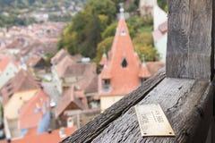 尖-罗马1096 Km -被钉牢对尖沙咀钟楼的栏杆在老城市城堡的  Sighisoara市在罗马尼亚 库存照片