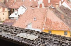 尖- Praga布拉格864 Km -被钉牢对尖沙咀钟楼的栏杆在老城市城堡的  Sighisoara市在罗马尼亚 免版税库存照片
