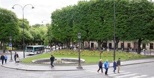 尚萨斯-爱丽舍宫 在车行道移动的汽车上,步行者在边 免版税图库摄影
