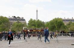 尚萨斯-爱丽舍宫 在车行道移动的汽车上,步行者在sid 免版税库存照片
