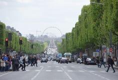 尚萨斯-爱丽舍宫 在车行道移动的汽车上,步行者在sid 图库摄影