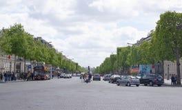 尚萨斯-爱丽舍宫 在车行道移动的汽车上,步行者在sidew 图库摄影