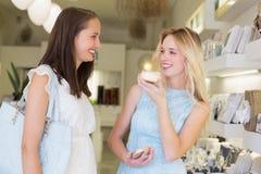 尝试化妆产品的愉快的妇女 免版税库存图片