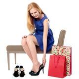 尝试在一个对的妇女高跟鞋 免版税库存照片