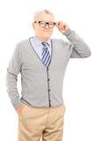 尝试在一副新的眼镜的资深绅士 免版税库存照片