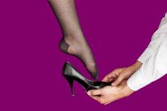 尝试在一双高跟鞋鞋子的少妇 免版税库存图片