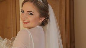 尝试在新娘精品店,中景的婚礼礼服的典雅的新娘 股票录像