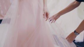 尝试在精品店的正式舞会褂子的俏丽的女孩 股票录像