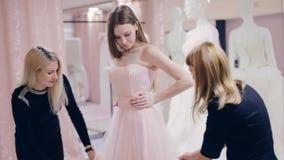 尝试在精品店的正式舞会褂子的俏丽的女孩 影视素材
