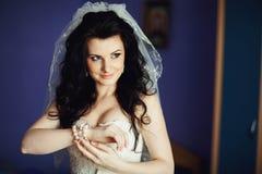 尝试在首饰的时髦的新娘在仪式前 免版税图库摄影
