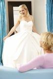 尝试婚礼的辅助新娘礼服销售额 免版税图库摄影