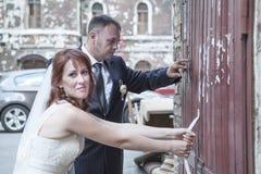 尝试对开门的最近婚姻的夫妇 库存图片