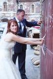 尝试对开门的最近婚姻的夫妇 免版税图库摄影