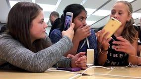 尝试新的被发布的iPhone 7和7的女孩正 影视素材