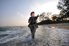 尝试海滩聪明的战士的攻击 免版税库存照片
