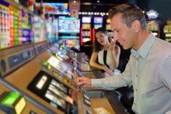 尝试的运气在赌博娱乐场 库存照片
