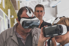 尝试3D耳机的人们在商展2015年在米兰,意大利 库存图片