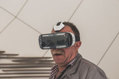 尝试3D耳机的人们在商展2015年在米兰,意大利 免版税库存图片