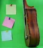 尤克里里琴和稠粘的纸 免版税库存图片