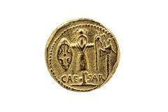 尤利乌斯・凯撒罗马葡萄球菌金币复制品有五倍子胳膊战利品的  库存图片