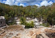 尤加坦,墨西哥。在奇琴伊察的神圣的cenote 免版税库存照片