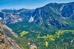 尤塞米提谷的看法有访客中心和内华达山山脉的从足迹到上部优胜美地 免版税库存照片