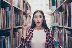尤里卡!有一个想法!成功概念 年轻逗人喜爱的女学生 免版税图库摄影