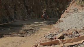 就业和体力劳动在印度,可怜的无法认出的人印地安矿业工作者来与空的水池 股票录像