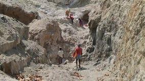 就业和体力劳动在印度,可怜的无法认出的人印地安矿业工作者来与空的水池 股票视频