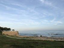 就座在海边在大连,中国 免版税图库摄影