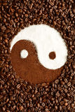 尹杨标志由咖啡豆做成 免版税库存照片