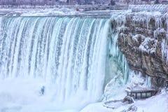 尼亚加拉大瀑布冬天游人 库存图片