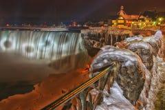尼亚加拉大瀑布夜间在冬天 免版税图库摄影
