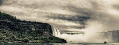 尼亚加拉大瀑布的颜色和植被 库存图片