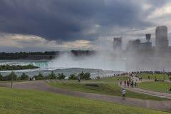 尼亚加拉大瀑布看法在雷暴, NY,美国前的 免版税库存照片