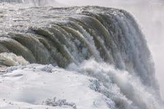 尼亚加拉瀑布冰冷的水边缘 免版税库存图片