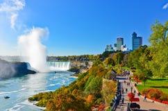 尼亚加拉瀑布在一个晴天在秋天在加拿大 库存图片