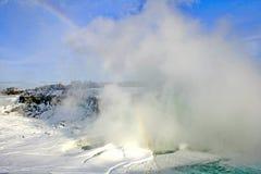 尼亚加拉瀑布彩虹和薄雾在冬天 免版税库存图片