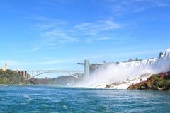 尼亚加拉瀑布美国人秋天和彩虹桥  免版税库存图片
